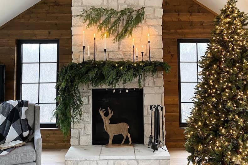 Christmas_fireplace_with_garland